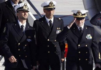 Italian marines Salvatore Girone (L) and Massimiliano Latorre (C) arrive with Italian Navy Chief of Staff Admiral Luigi Pinelli Mantelli at Ciampino airport in Rome, December 22, 2012. Photo: Reuters