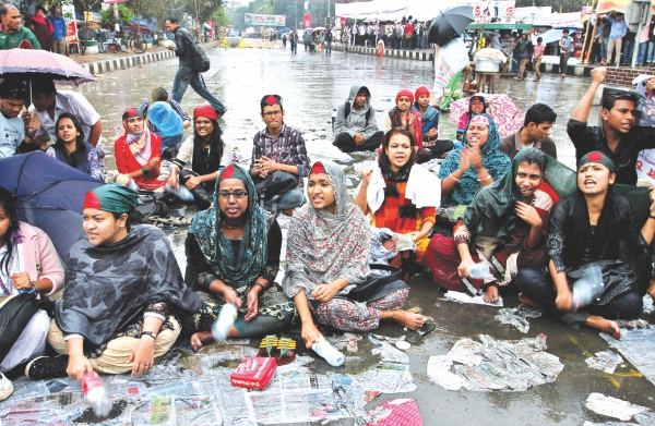 Braving the cold and rain, they stayed, resolute in their demand. Photo: Anisur Rahman