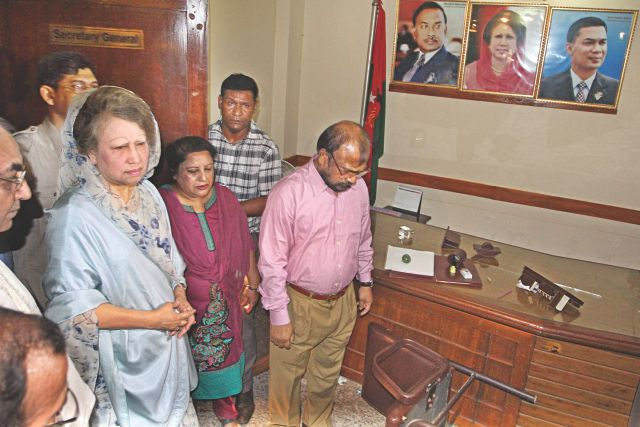 BNP Chairperson Khaleda Zia visits her party's Nayapaltan head office yesterday after law enforcers on Monday raided the office and arrested a large number of its leaders and activists. Photo: Star