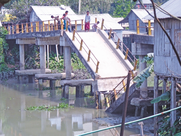 The collapsed bridge in Jobarpur, Barisal.  Photo: Star File