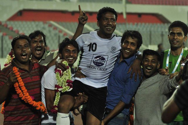 Former national captain and star striker Alfaz Ahmed is being hailed on the shoulders of Zahid Hossain Emily (R) and Mithun Chowdhury (L) during the match, which the celebrated striker chose as his last as a professional, between Mohammedan and Abahani at the Bangabandhu National Stadium yesterday. PHOTO: fIROZ aHMED