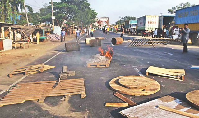Supporters of a hartal, called by 23 organisations to resist Hefajat-e Islam's long march to Dhaka, ignite tyres and put up barricades near Chittagong City Gate of the port city yesterday. Photo: Star