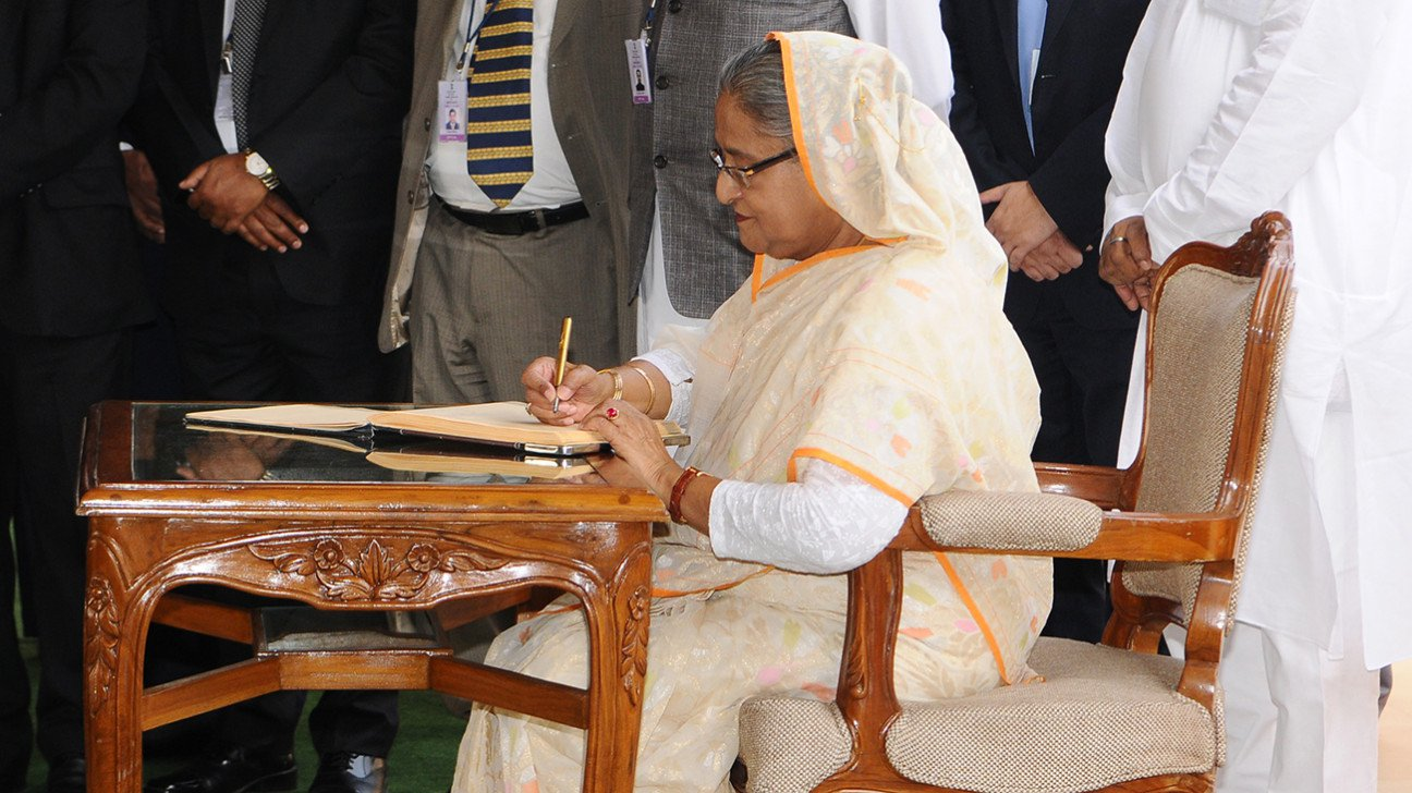 Prime Minister Sheikh Hasina signs visitors' book