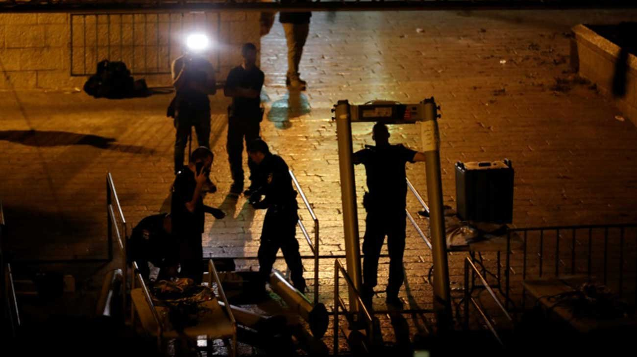 Standoff at Jerusalem holy site after metal detectors removed
