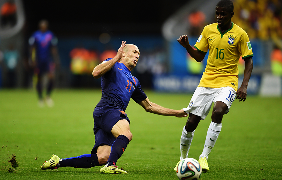 Brazil's midfielder Ramires (R) challenges Netherlands' forward Arjen Robben during their third place play-off match at the National Stadium in Brasilia on July 12, 2014. Photo: Getty Images