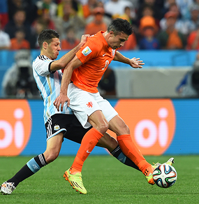 Martin Demichelis of Argentina challenges Robin van Persie of the Netherlands during their semi-final match at The Corinthians Arena in Sao Paulo on July 9, 2014. Photo: Getty Images
