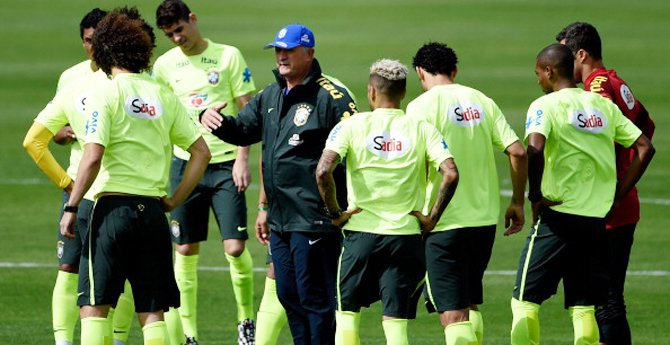 Head coach Luiz Felipe Scolari (C) speaks with his players during a training session of the Brazilian national football team at the squad's Granja Comary training complex, on July 07, 2014 in Teresopolis, 90 km from downtown Rio de Janeiro, Brazil. (Photo by Buda Mendes/Getty Images)