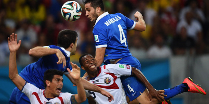 Greece's defender Koastas Manolas (R) heads the ball during a Round of 16 football match between Costa Rica and Greece at Pernambuco Arena in Recife during the 2014 FIFA World Cup on June 29, 2014. Photo: Getty Images