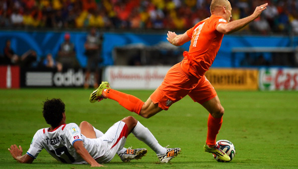 Costa Rica's midfielder Yeltsin Tejeda (L) and Netherlands' forward Arjen Robben vie during their World Cup Quarter Final match at Arena Fonte Nova on July 5, 2014 in Salvador, Brazil. Photo: Getty Images