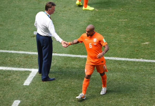 Nigel de Jong of the Netherlands shakes hands with head coach Louis van Gaal as he exits the game during the 2014 FIFA World Cup Brazil Round of 16 match between Netherlands and Mexico at Castelao on June 29, 2014 in Fortaleza, Brazil. Photo: Getty Images