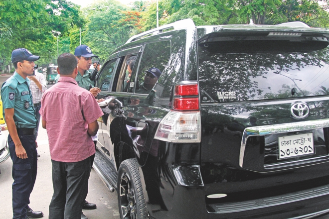 Police stops a sports utility vehicle with tinted windows. Photo: Amran Hossain