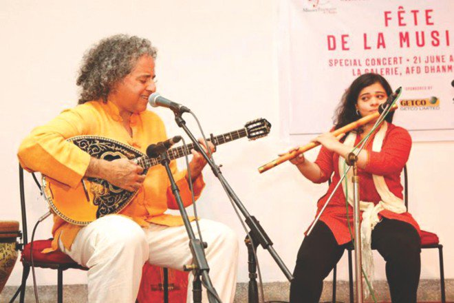 Abaji, performing with a flautist.