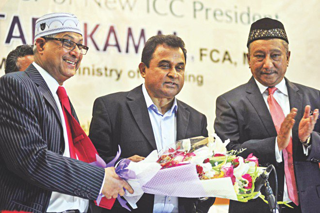 AHM Mustafa Kamal (C), who took over as International Cricket Council's 11th president in June this year, receives a bouquet during a ceremony organised by the Bangladesh Cricket Board at a city hotel yesterday. Kamal is the first Bangladeshi to take over the ICC's reins. Photo: Star