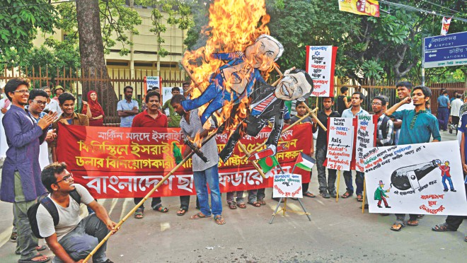 Bangladesh Chhatra Federation, a student organisation, burns effigies of Israeli Prime Minister Benjamin Netanyahu and US President Barack Obama at Shahbagh in the capital yesterday, protesting Israel's ongoing attacks on Gaza and the seeming acquiescence of the US. Photo: Courtesy
