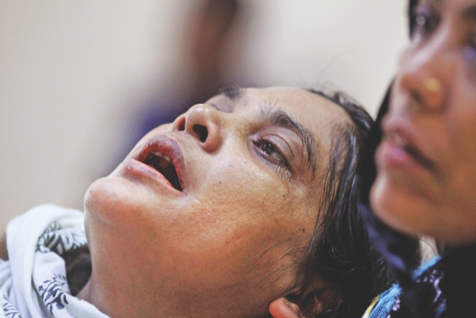 Beauty Akhter, who lost her daughter Meem in the Pinka-6 launch capsize in the Padma, bursts into tears while talking to newsmen at Padma Rest House in Mawa yesterday. She came from Gazipur to testify before a probe committee.  Photo: Sk Enamul Haq