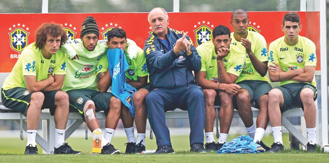 Plotting Colombia's fall ... Brazil coach Luiz Felipe Scolari (C) discusses tactics with his charges (L-R) David Luiz, Neymar, Thiago Silva, Hulk, Fernandinho and Oscar during a training session at Teresopolis near Rio de Janeiro. PHOTO: REUTERS