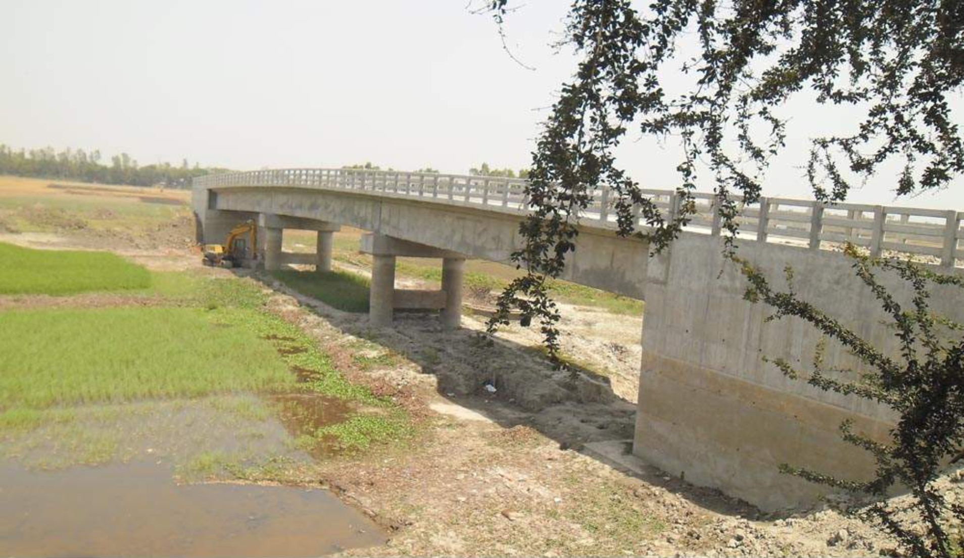 This bridge over Kodomtala canal at Aminpur village in Bera upazila under Pabna district remains a mockery for locals since completion of its construction a year ago as it cannot be used due to lack of an approach road. PHOTO: STAR