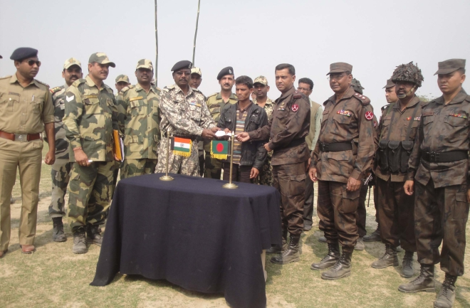 BSF Katlamari Deputy Commander Johar Ronaldo hands over a cheque of Rs 50,000 to torture victim Habibur Rahman during a flag meeting near Khanpur BGB outpost in Rajshahi yesterday.    Photo: Courtesy