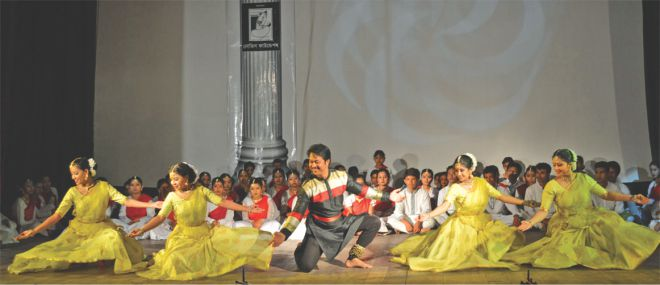 Shibli Mohammad leads Nrityanchal dancers in a group performance. Photo: STAR