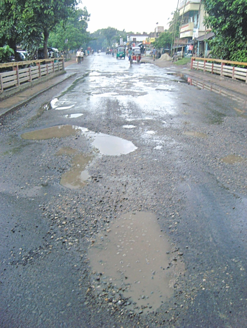 One kilometre of Dhaka-Khulna highway from Kharikhali bus stop to Bishoykhali Bazar in Jhenidah Sadar upazila gets damaged within a week of its renovation.  Photo: Star