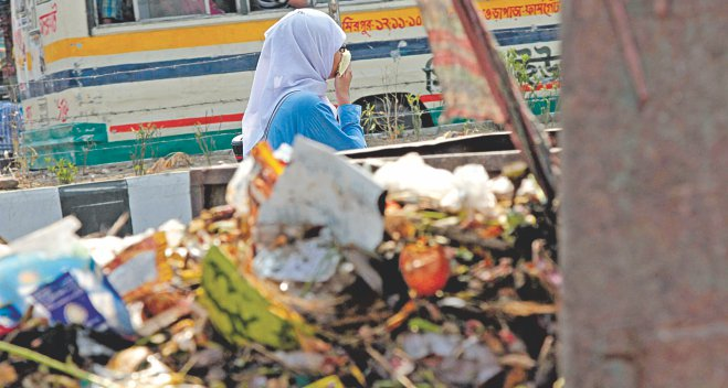 A large skip spreading bad odour on Rokeya Sarani near Agargaon in the capital. Garbage is left on the streets since DNCC and DSCC have only a handful of stations across the city to process it.  Photo: Sk Enamul Haq