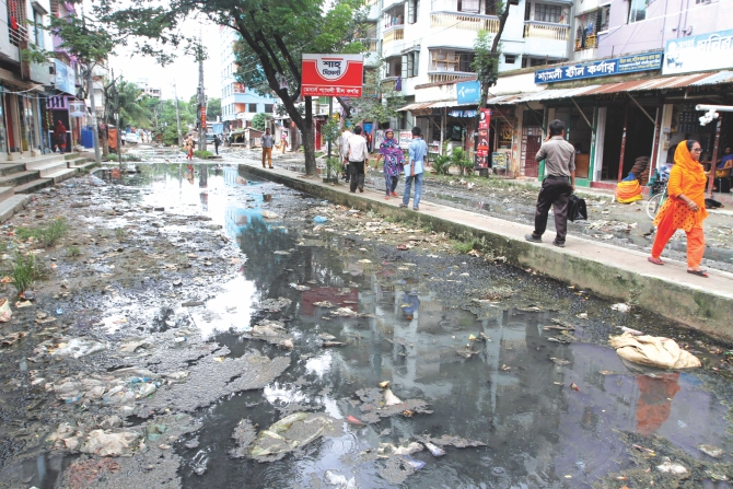 Dirty and stinky water accumulated on Paris Road in Mirpur.  Photo: Palash Khan
