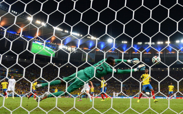 Alexander Dominguez of Ecuador makes a save on a shot by Loic Remy of France during the 2014 FIFA World Cup Brazil Group E match between Ecuador and France at Maracana on June 25, 2014 in Rio de Janeiro, Brazil. Photo: Getty Images
