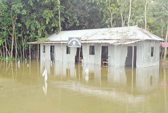 Garuhara Non-government Primary School at Jattrapur union in Kurigram has been inundated, leading to the suspension of academic activities. Photo: Star