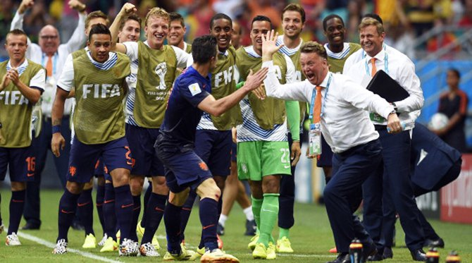 Netherlands' forward Robin van Persie (L) celebrates with Netherlands' coach Louis van Gaal (R) after scoring during a Group B football match between Spain and the Netherlands at the Fonte Nova Arena in Salvador during the 2014 FIFA World Cup on June 13, 2014. Photo: AFP/Getty Images