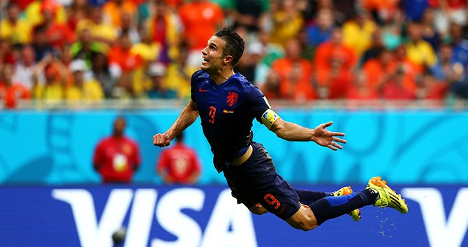 Robin van Persie of the Netherlands scores the equalising goal during the 2014 FIFA World Cup Brazil Group B match between Spain and Netherlands at Arena Fonte Nova on June 13, 2014 in Salvador, Brazil. Photo : Getty Images