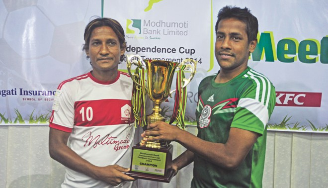 Feni Soccer Club captain Akbar Hossain Ridon (L) and his Mohammedan counterpart Zahid Hasan Emily pose with the Independence Cup ahead of the title clash today. PHOTO: STAR