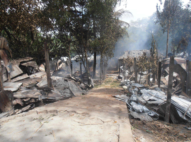 Several houses at Sawdagarpara in Kurigram municipality lie ravaged after the arson attack by people of neighbouring Akotapara village yesterday morning.  PHOTO: STAR