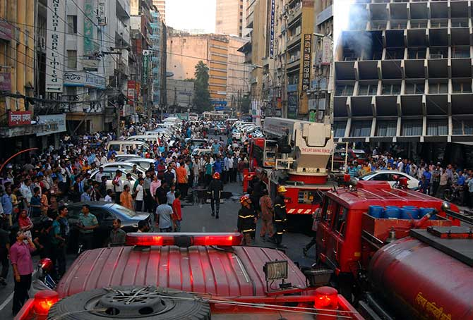 Several fire trucks rush to Motijheel area as Krishi Bhaban was caught in fire this evening. Photo: Banglar Chokh