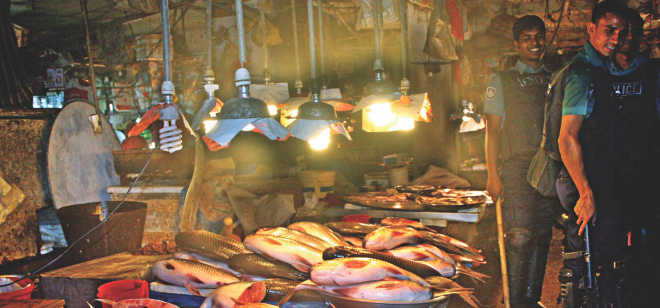 Traders abandon their fish stores in a kitchen market of Mohammadpur on May 25 hearing about a surprise visit by a mobile court. Lack of regular checking has led to formalin-tainted fish in kitchen markets. Photo: Banglar Chokh