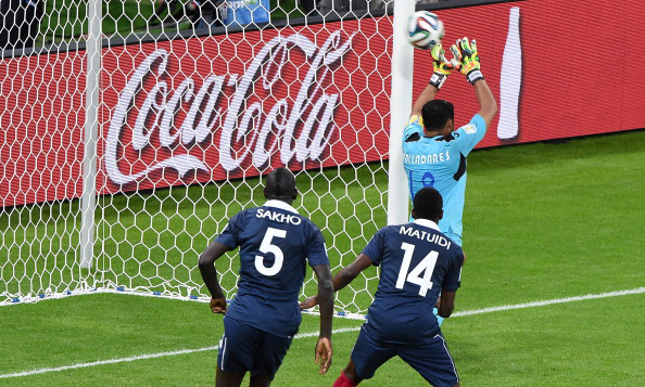 Controversial second contributes in 3-0 win for France