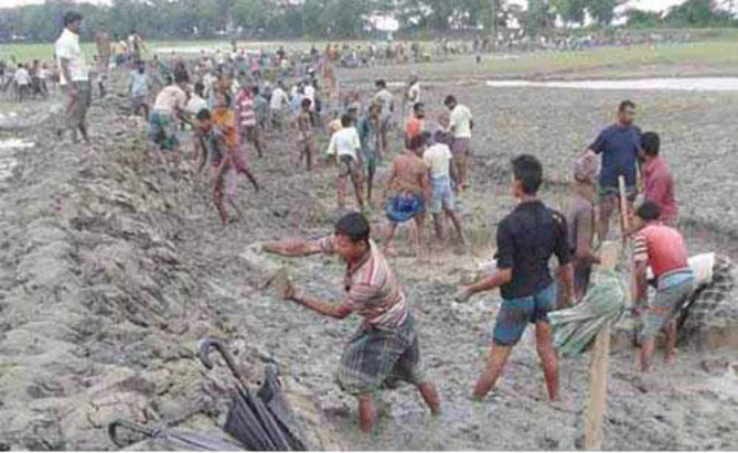 Locals render voluntary service to repair the breached portion of the embankment at Char Mohiuddin village in Char Biswas union of Galachipa upazila under Patuakhali district to save their farmlands from saline water. PHOTO: STAR