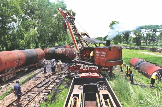 Oil-laden train derails in Ctg