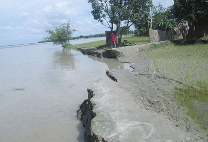 Saudpara village in Kolkond union under Gangachhara upazila of Rangpur faces constant onslaught of the Teesta. Photo: Star