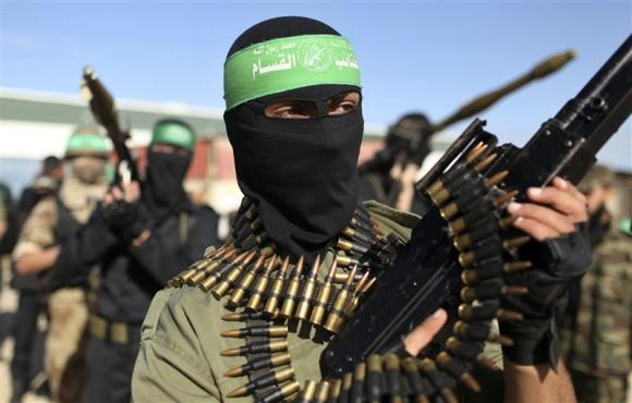 Palestinian members of the al-Qassam brigades, the armed wing of the Hamas movement, stand guard as they wait for the arrival of Hamas chief Khaled Meshaal in Rafah in the southern Gaza Strip in this December 7, 2012 file photograph. Photo: Reuters