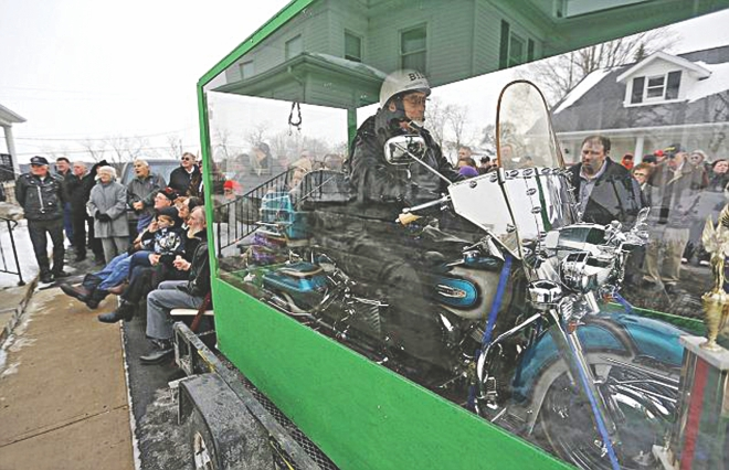 The body of biker Bill Standley mounted on a 1967 Harley-Davidson inside a glass coffin. Standley, 82 at the time of death, wanted his final journey on the bike that took him to 49 states of the United States. Photo: Independent.co.uk