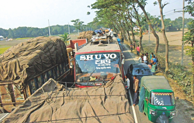 Vehicles stuck in a long tailback on Dhaka-Tangail highway in Tangail around 2:30pm yesterday. Photo: Star