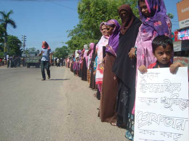 The people of Chapali village form a human chain at Nimtali bus stand in Kaliganj upazila under Jhenidah district yesterday demanding arrest and punishment of the killers of BNP leader Ismail Hossain.  PHOTO: STAR