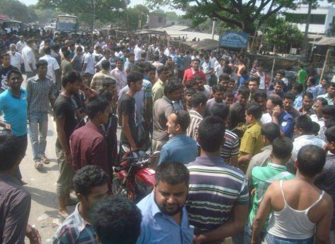 Traders block Jhenidah-Kushtia road at Garaganj Bazar in Shailkupa upazila under Jhenidah district yesterday demanding punishment to the extortionists who hurled a bomb at a shop at Garaganj Bazar on Friday night.   PHOTO: STAR