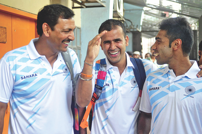 Indian hockey team coach Tushar Khandker (C) shares a light moment with team manager Harendra Singh (L) and captain Vikramkanth after a press conference at the hockey federation office in the city yesterday. PHOTO: STAR