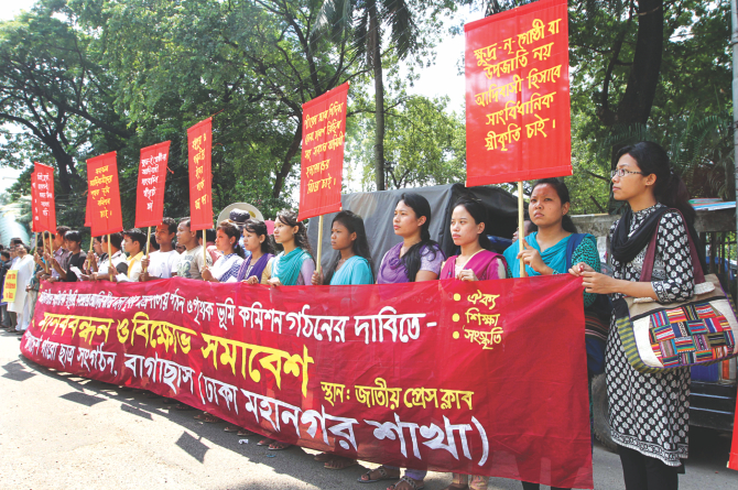 Bangladesh Garo Chhatra Sangathan forms a human chain before Jatiya Press Club with the same demand. Photo: Star