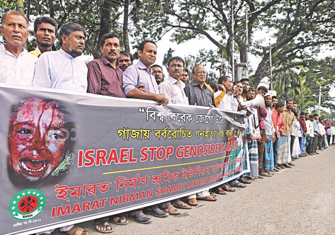 Imarat Nirman Sramic Union, a trade union of construction workers, forms a human chain in front of Jatiya Press Club in the capital yesterday demanding a stop to the