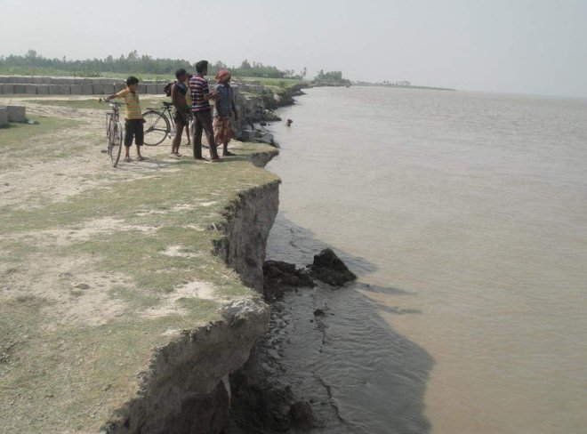 Erosion by the Jamuna has taken a serious turn in Sirajganj Sadar and Chowhali upazilas during the last few days. The photo was taken from Bahuka point in Sirajganj Sadar. PHOTO: STAR