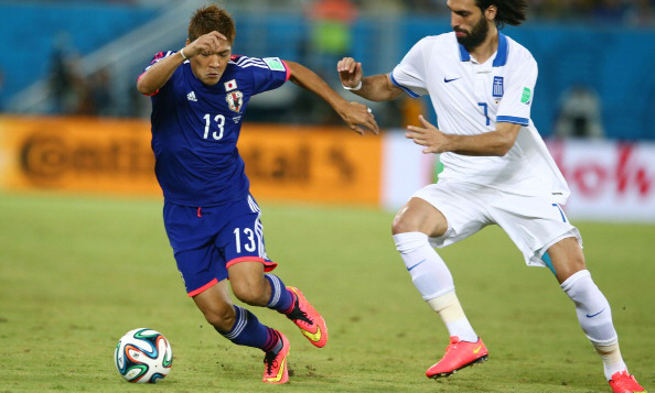 Yoshito Okubo of Japan controls the ball against Giorgos Samaras of Greece during the 2014 FIFA World Cup Brazil Group C match between Japan and Greece at Estadio das Dunas on June 20, 2014 in Natal, Brazil. Photo: Getty Image