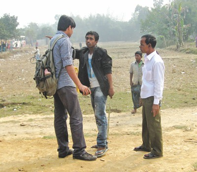 A goon of the lessee of Bangabandhu Sheikh Mujib Safari Park, holding a stick in the middle, barring a Jahangirnagar University student from entering the park on Wednesday although the student who was a part of a visiting team of around 212 teachers, students and staff had the forest department's approval. Right afterwards, some 15 of the goons armed with machetes, sticks and iron rods mounted an attack leaving 25 of the visitors. Photo: Star