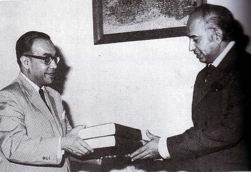 Justice Hamoodur Rahman handing over the commission's report to President Zulfikar Ali Bhutto. Photo: Wikipedia